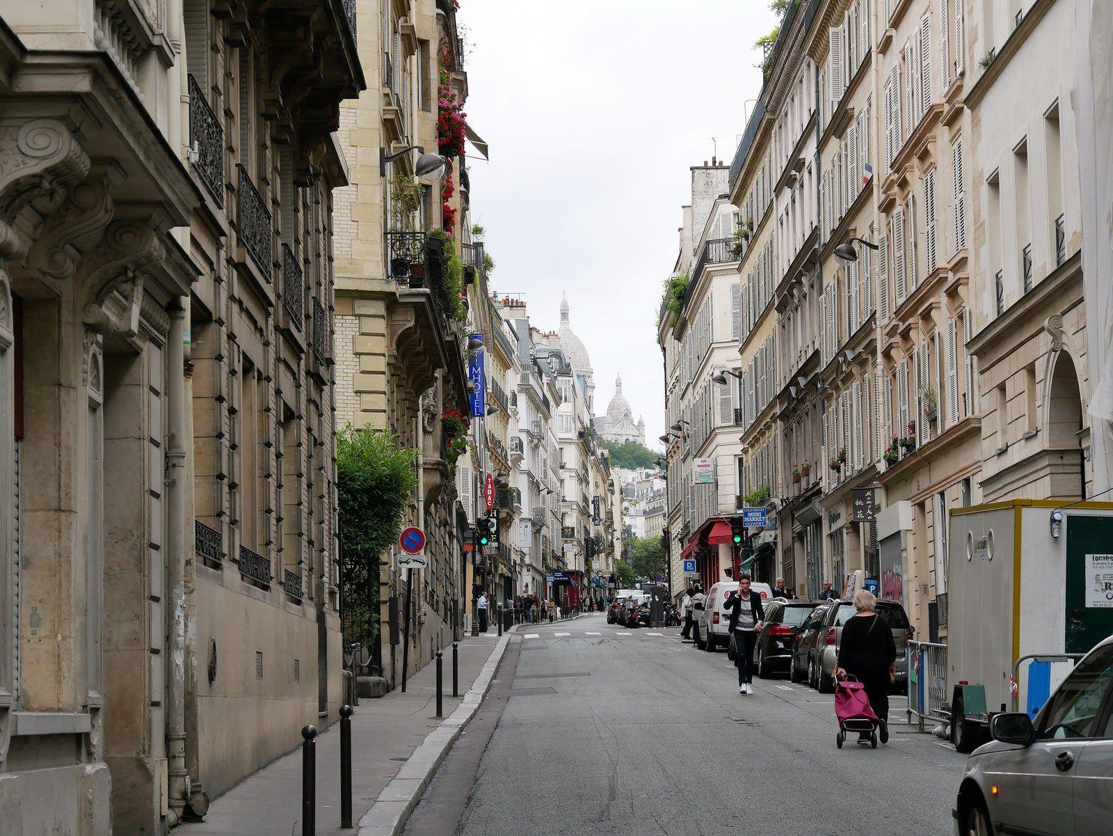 Rue Jean-Baptiste Pigalle, vers la Butte Montmartre.