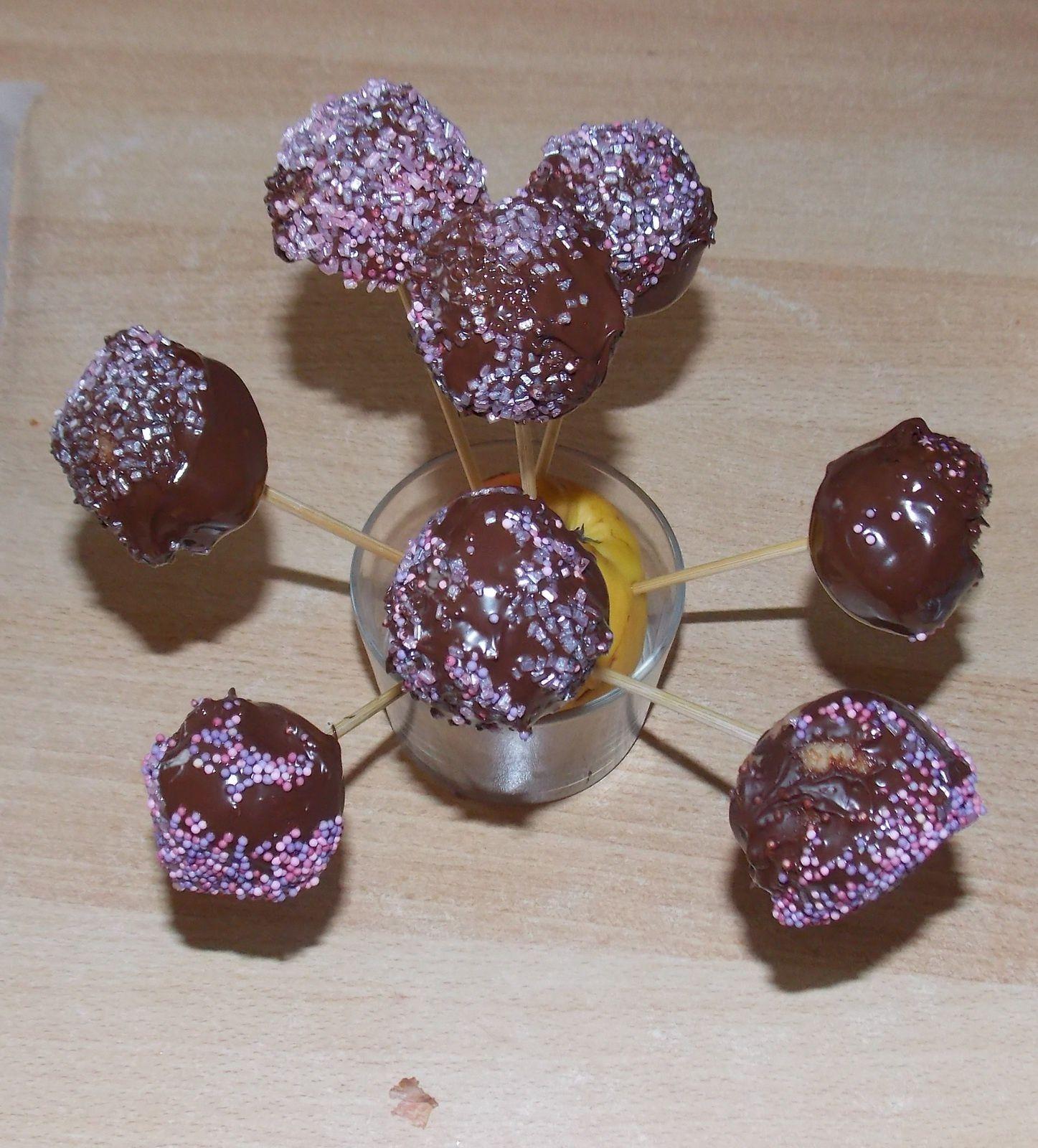 Faire fondre votre tablette de chocolat au bain-marie, sortir vos boules de gâteau de congélateur, ensuite tremper votre pique dans le chocolat chaud et l'enfoncer dans la boule, tourner ensuite cette boule dans le chocolat chaud et dans le vermicelle ou la noix de coco râpé