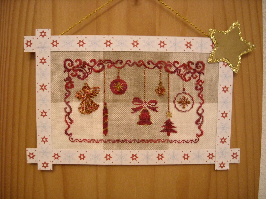 5 ème finition de la part de SERVANE, sa broderie est montée en petit tableau décoratif, avec un ruban et une étoile dorée, sa toile donne de l' originalité à sa broderie