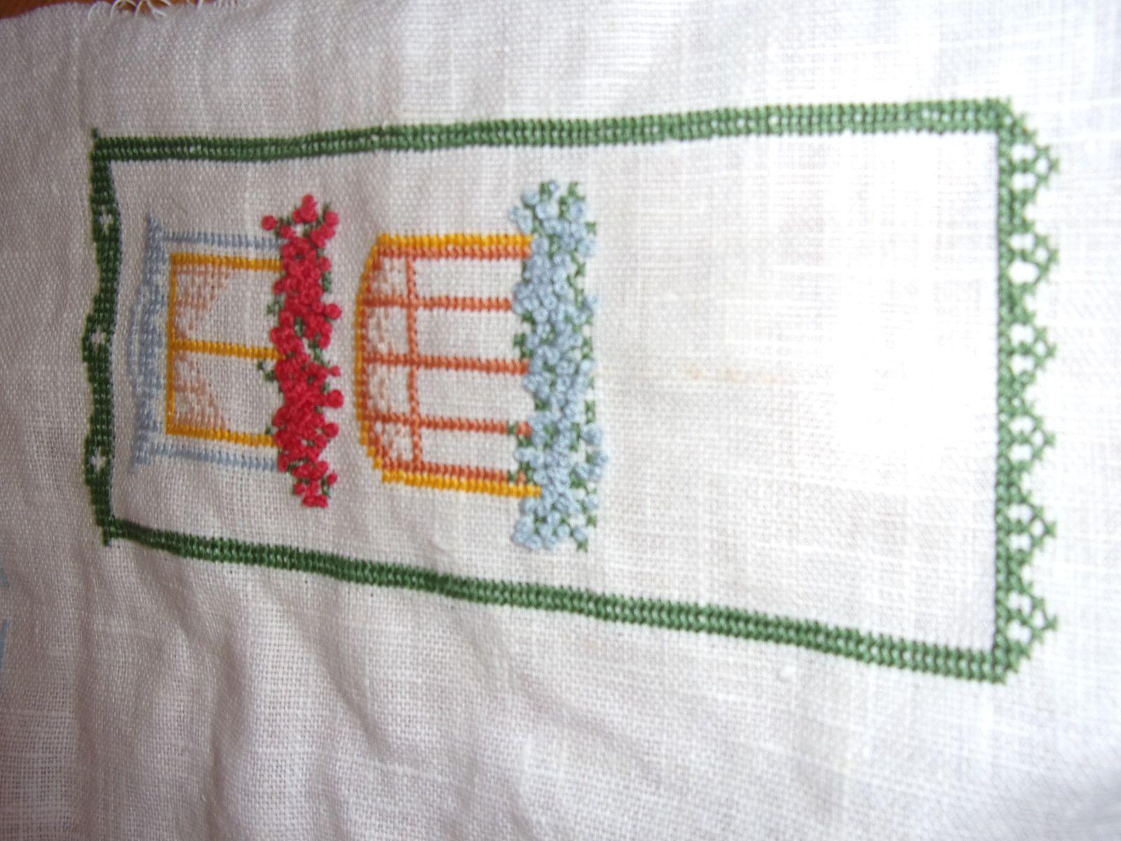Sal fenêtres fleuries
