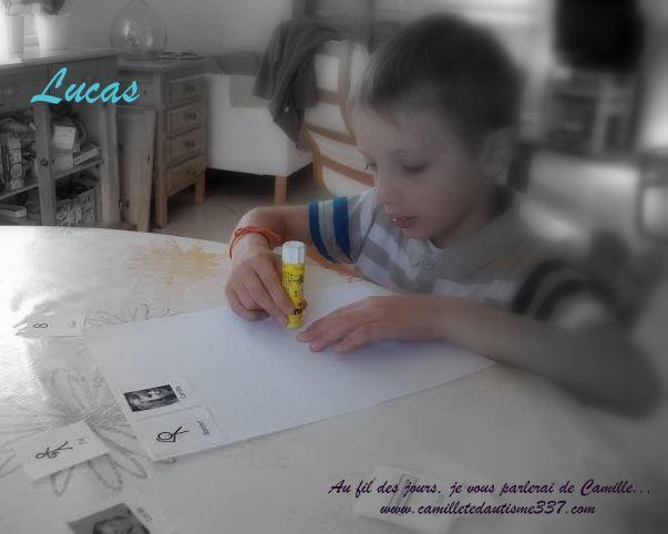 Lucas, 8 ans, lit la lettre de Camille, répond et poste sa lettre