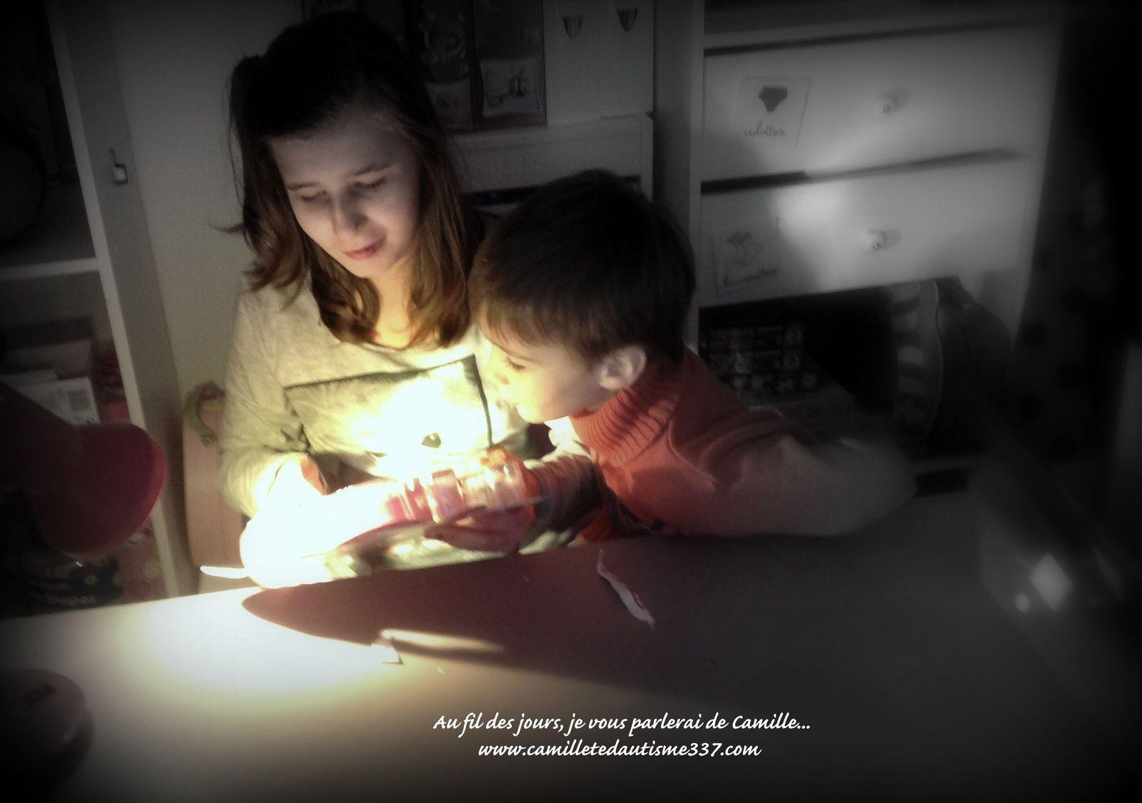 Le soir de Noël, Camille ouvre le cadeau de Maëlia: une mallette de vernis! Puis la réception de la lettre de Julie: toujours un grand moment d'émotion! Et le petit frère, attentif au contenu des cadeaux de sa sœur.