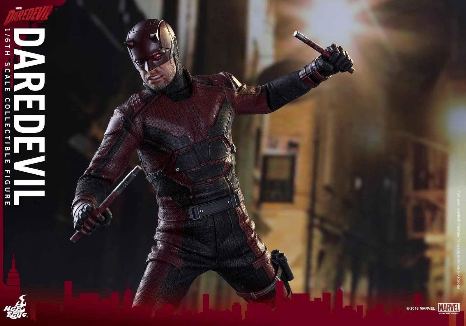 Voici la figurine de la série Daredevil diffusée sur Netflix et révélée par Hot Toys à l'échelle 1/6 avec beaucoup d'accessoires pour plus de réalisme.
