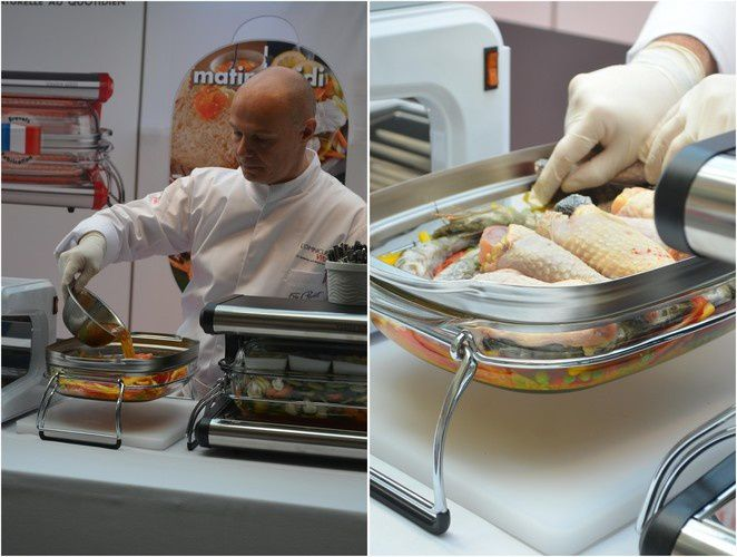Le Chef Eric Chisvert en pleine démonstration culinaire prépare une paëlla (vous pouvez la découvrir ci-dessous) avec l'Omnicuiseur.