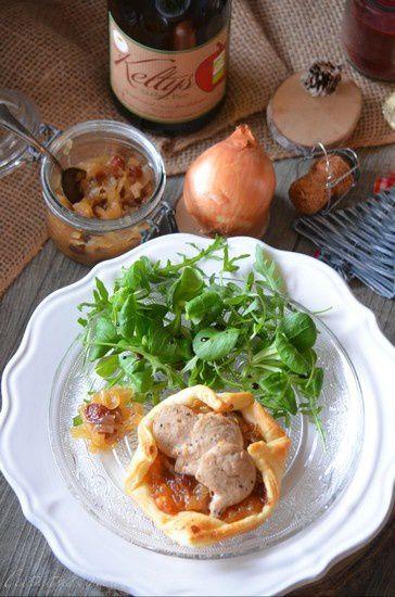 Tartelettes au boudin blanc sur confit d'oignon et raisins secs au cidre