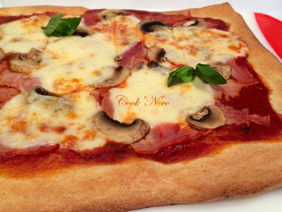 Pizza jambon, champignons, mozzarella