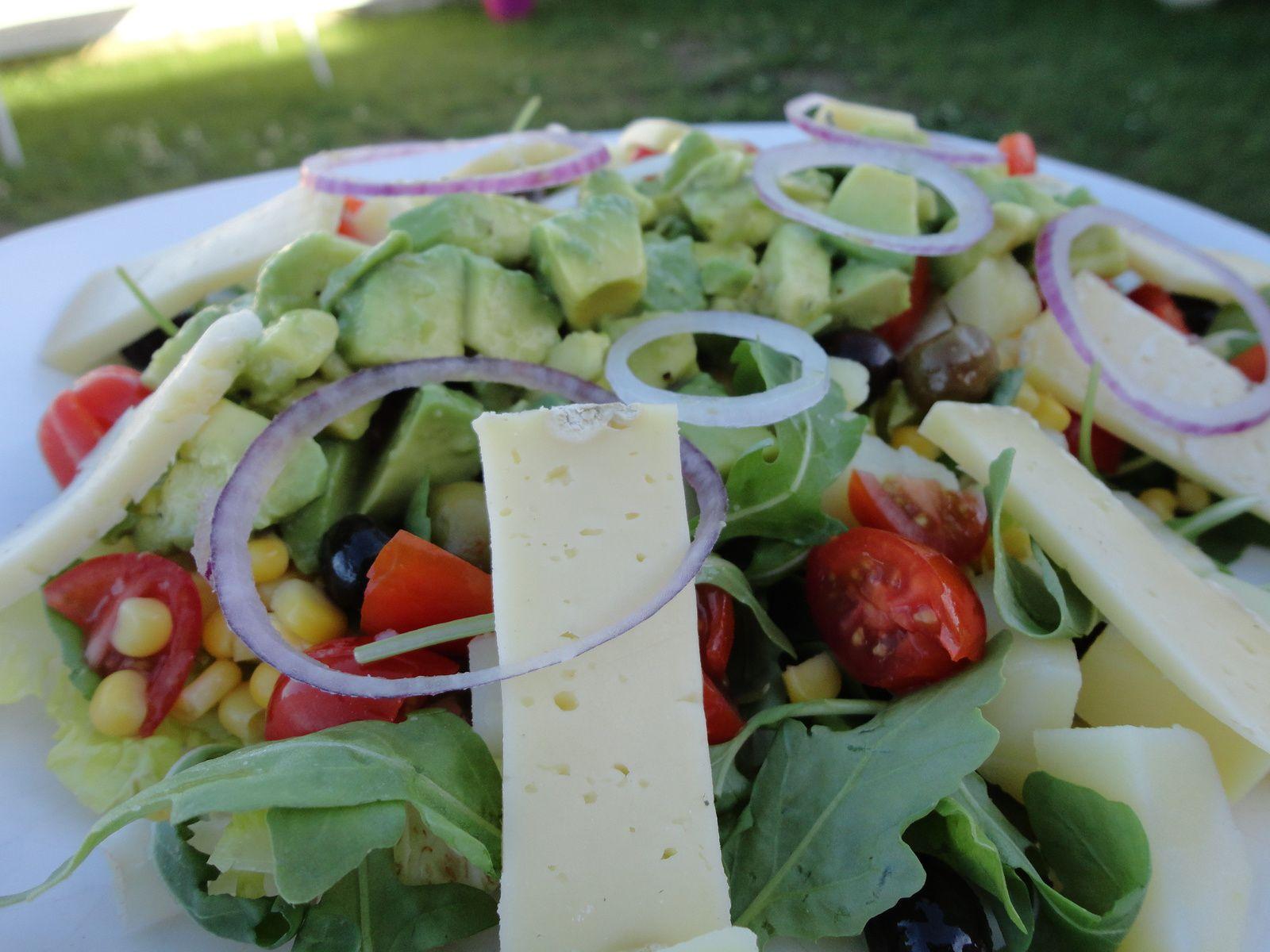 Salade composée crudités et tomme de Savoie