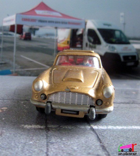 ASTON MARTIN DB5 JAMES BOND GOLDFINGER CORGI TOYS 1/43