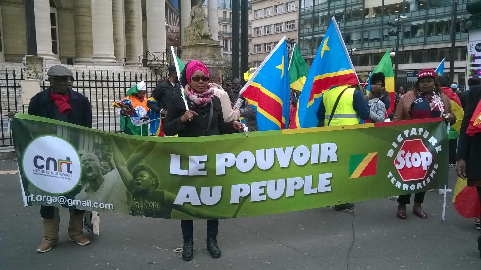 Place de la République à Paris. Des centaines de Congolais scandent « Kabila dégage », « Sassou dégage »