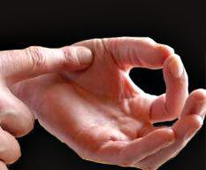 La comparaison de la résistance ressentie en pressant légèrement la base du pouce joint avec les autres doigts de la main, avec l'index de l'autre main, permet de connaitre le degré de cuisson de sa viande.
