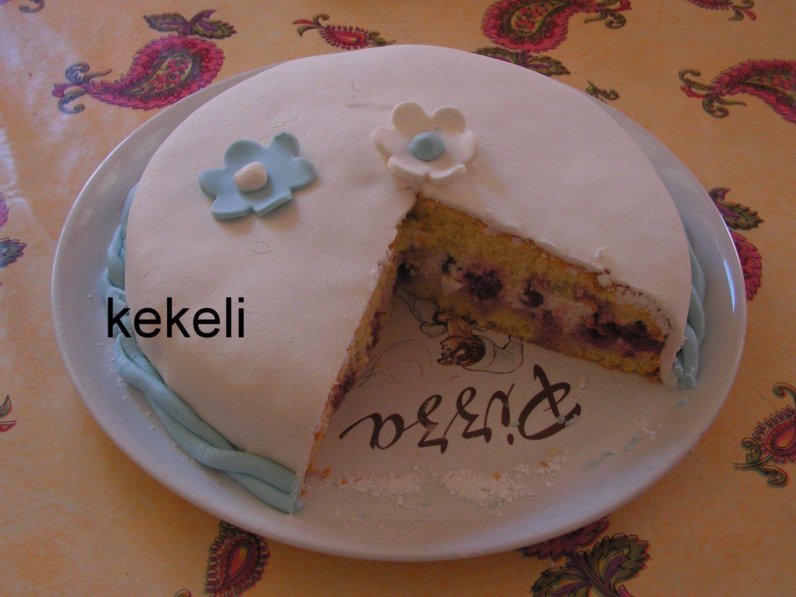 Gâteau aux cerises et pâte à sucre