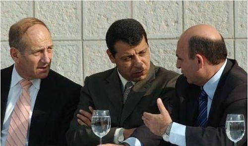 Mohammad Dahlan entouré d'Ehud Olmert (ancien Premier ministre israélien) et Shaul Mofaz, ancien ministre de la Défense (à droire)