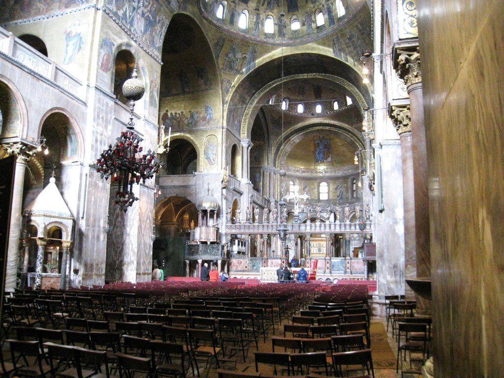 L'abside est décorée d'une mosaïque d'un Christ bénissant, du début du XVIème siècle.