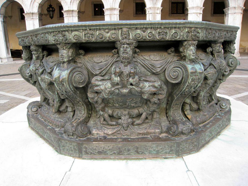 Les puits de la cour du Palais des Doges