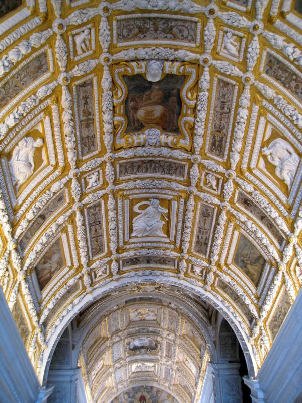 L'escalier d'Or, la Scala d'Oro, dont la construction fut initiée par Jacopo Sansovino (architecte et sculpteur italien né le 2 juillet 1486 à Florence et mort à Venise le 27 novembre 1570) en 1556 et terminé sous la direction du proto Scarpagnino (architecte vénitien né à Grosio en Lombardie, mort en 1549) en 1559.