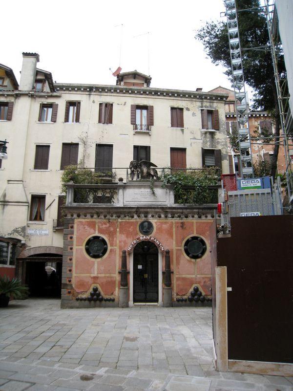 Devanture d'hôtel à Venise