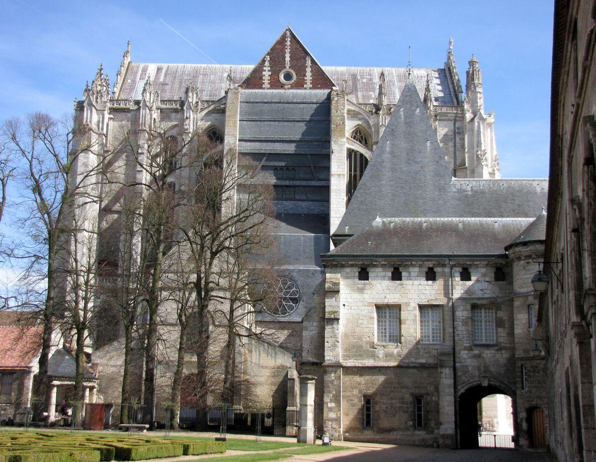 Dans la cour du Palais épiscopal de Beauvais