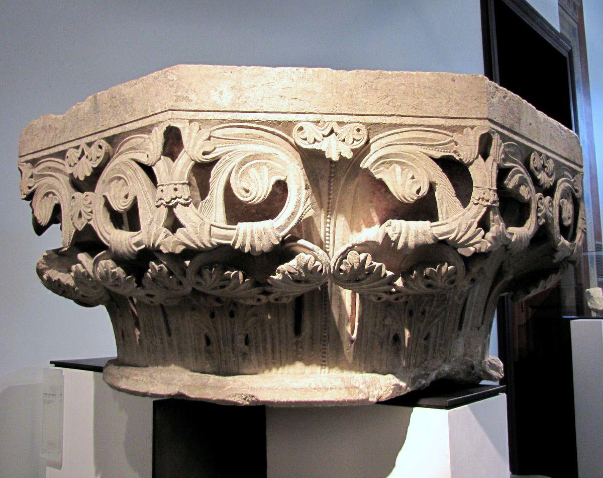 Chapiteau à décor végétal, musée de Picardie