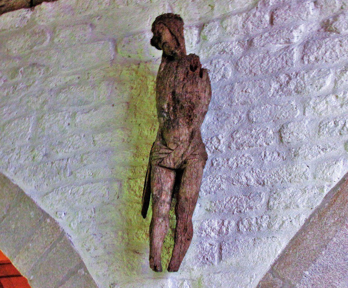 Christ, bois anciennement polychrome