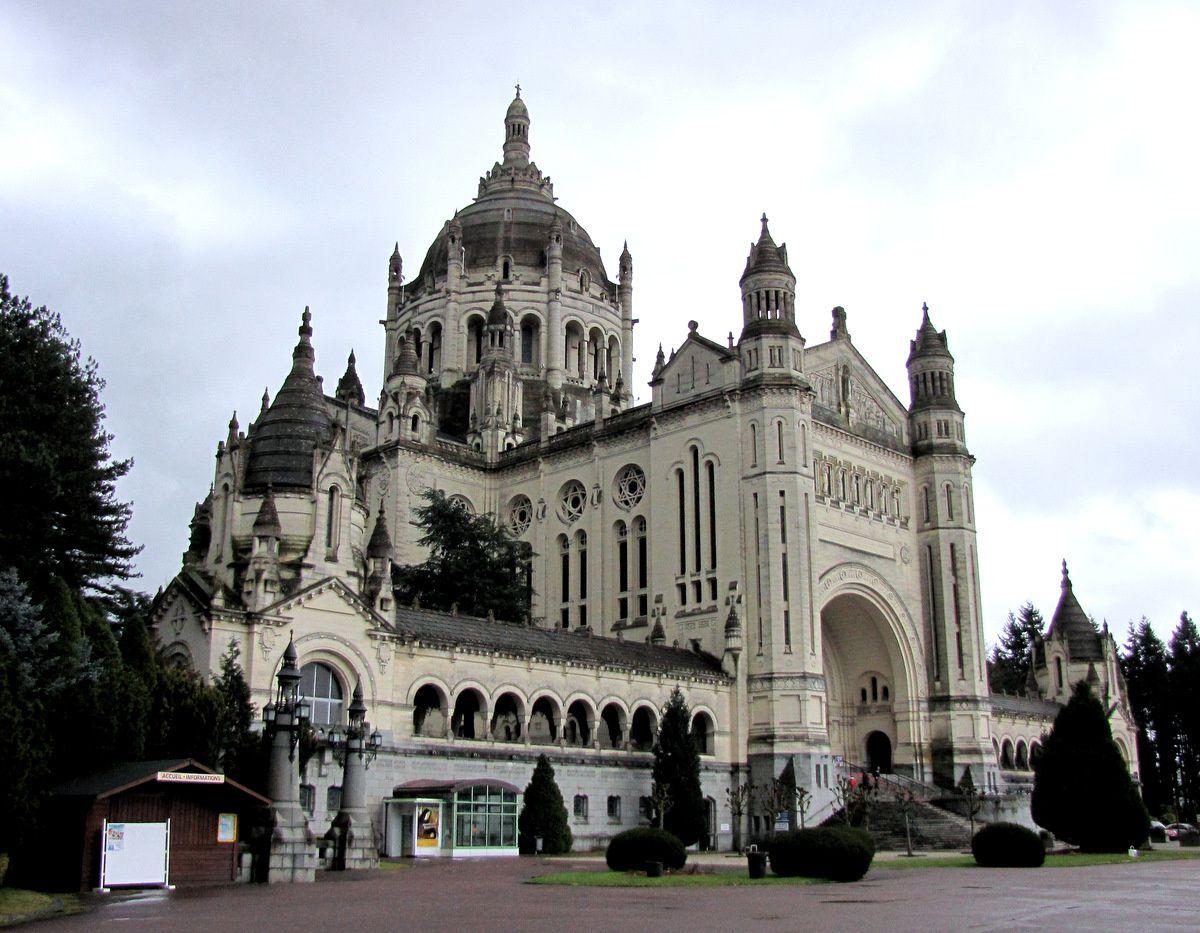 Façade de la basilique de Lisieux