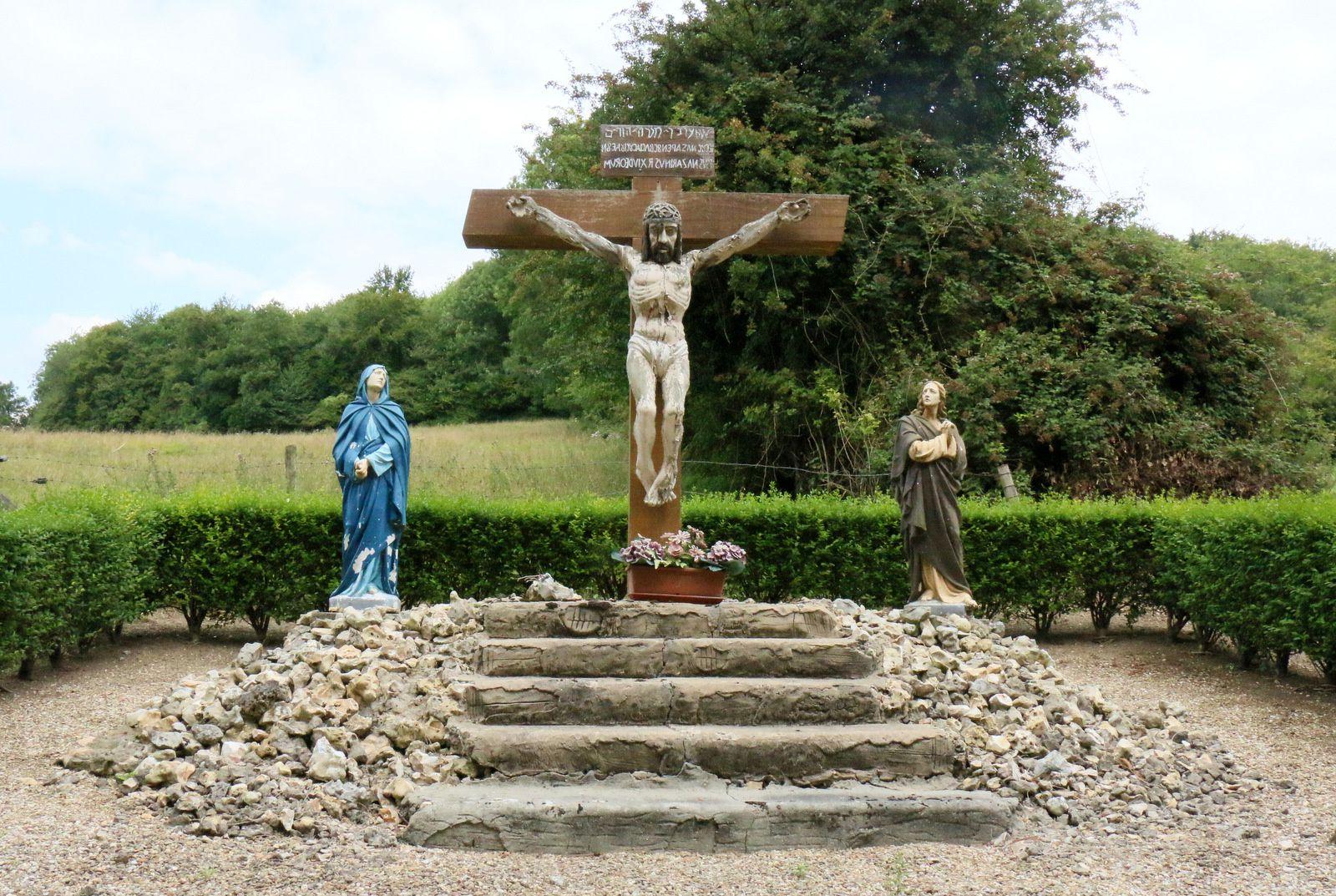 Le Calvaire est à l'entrée de Saint-Hymer