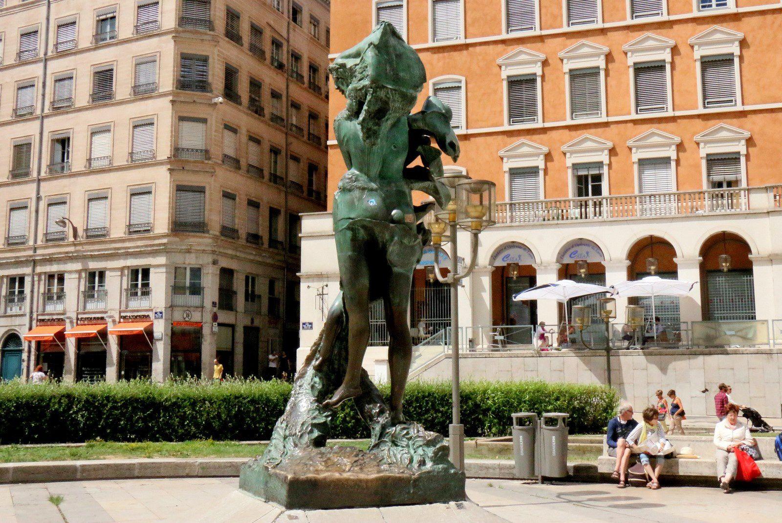 Louise Labé, statue par Ipoustéguy, place Louis Pradel (Lyon)