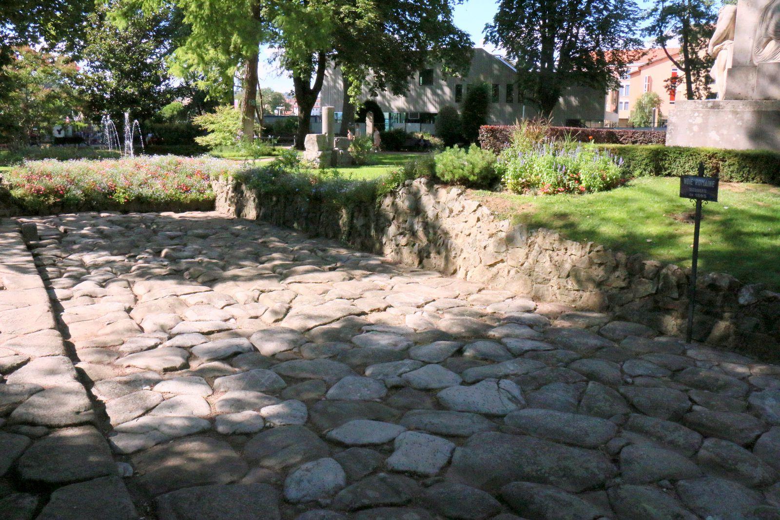 Monument à Michel Servet  et Voie romaine, jardin du 8 mai 1945 à Vienne (Isère)