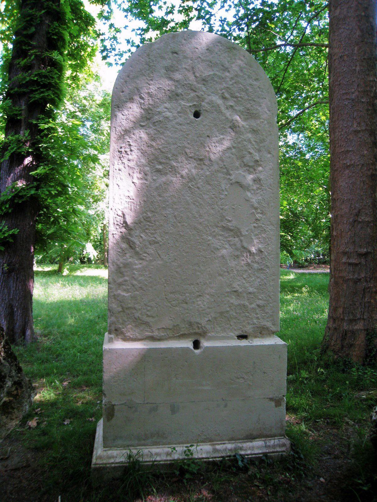 Le vase du Printemps et Platanus x. acerifolia, parc de Malmaison