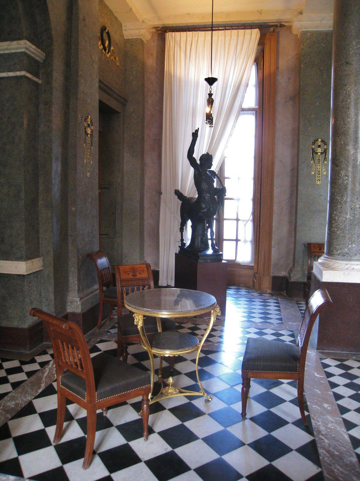 Mobilier du vestibule, château de Malmaison