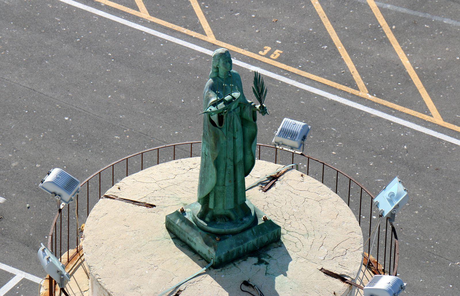 Statue sur l'un des quais du port