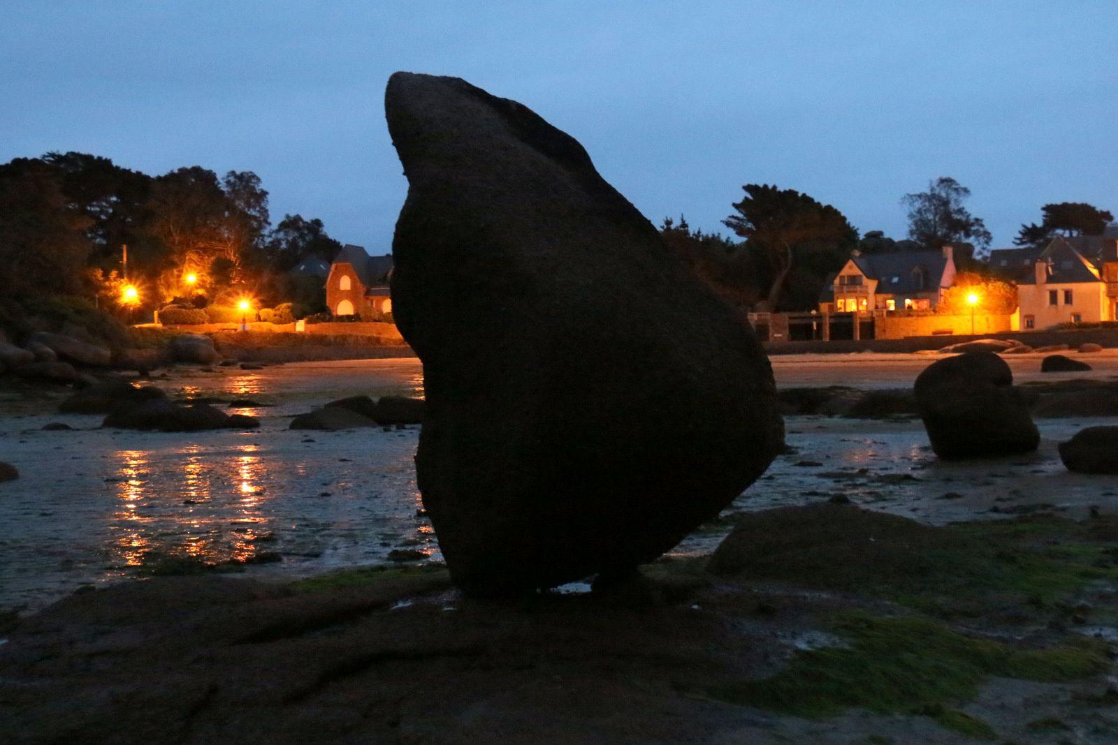 Ploumanac'h, plage de l'Anse Saint-Guirec de nuit