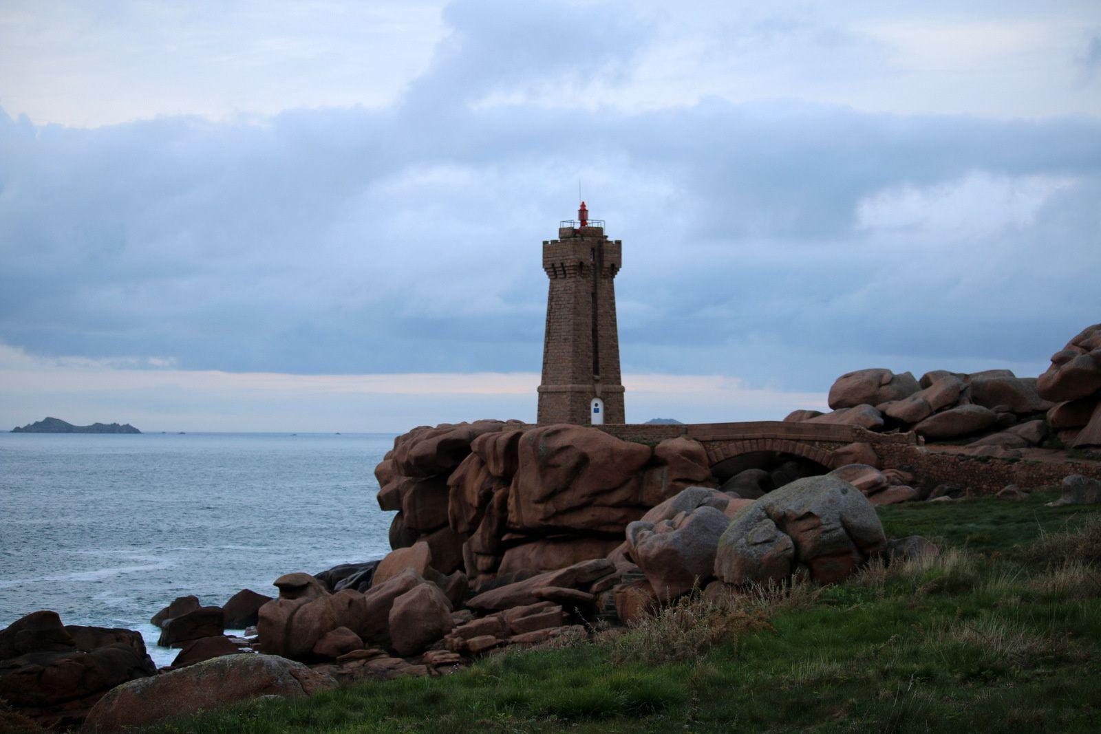 Du phare, on a une vue directe sur le Château de Costaérès, l'Île Renote et sur l'archipel des Sept-Îles.