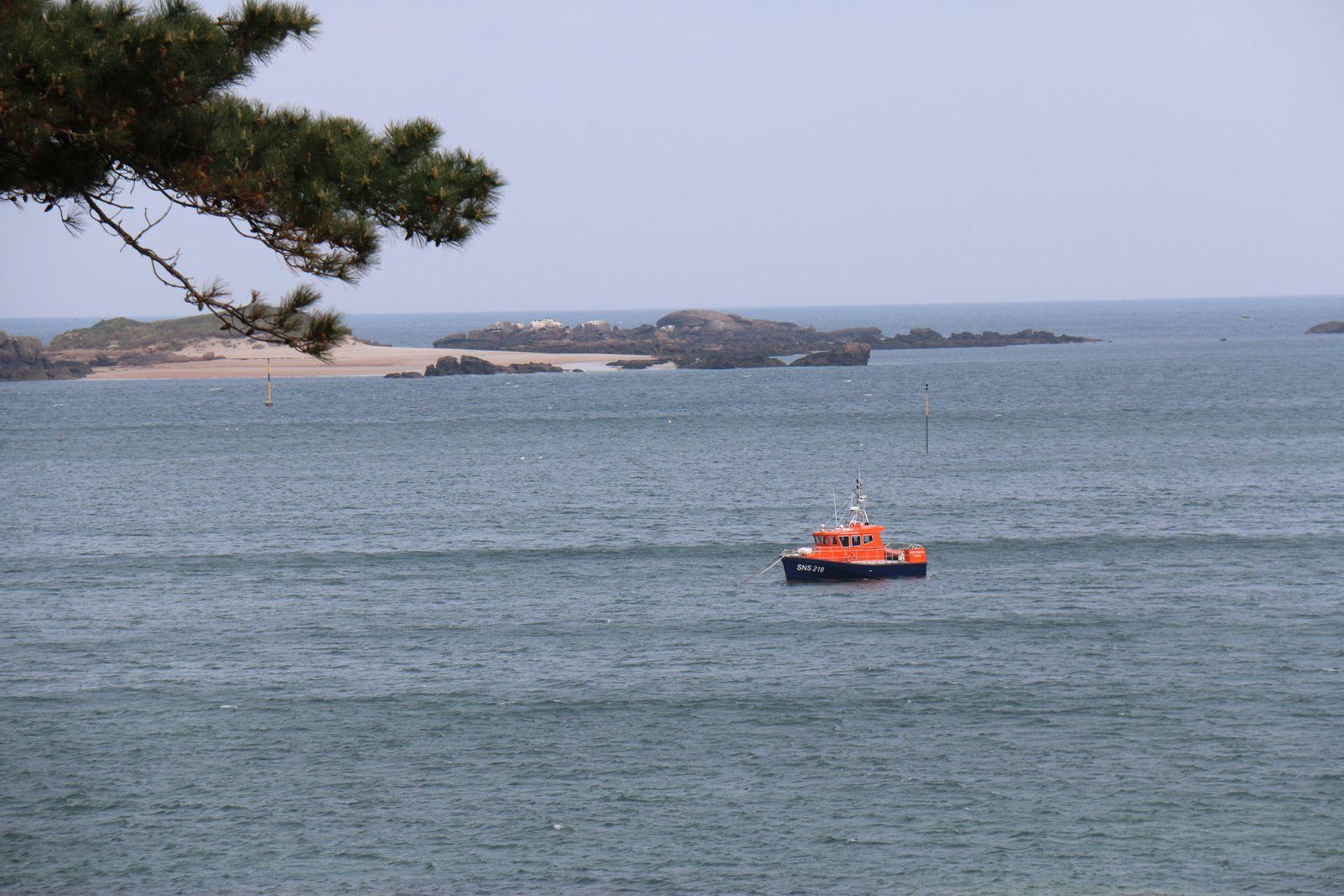 Canot de la SNSM au mouillage devant l'île de Molène.