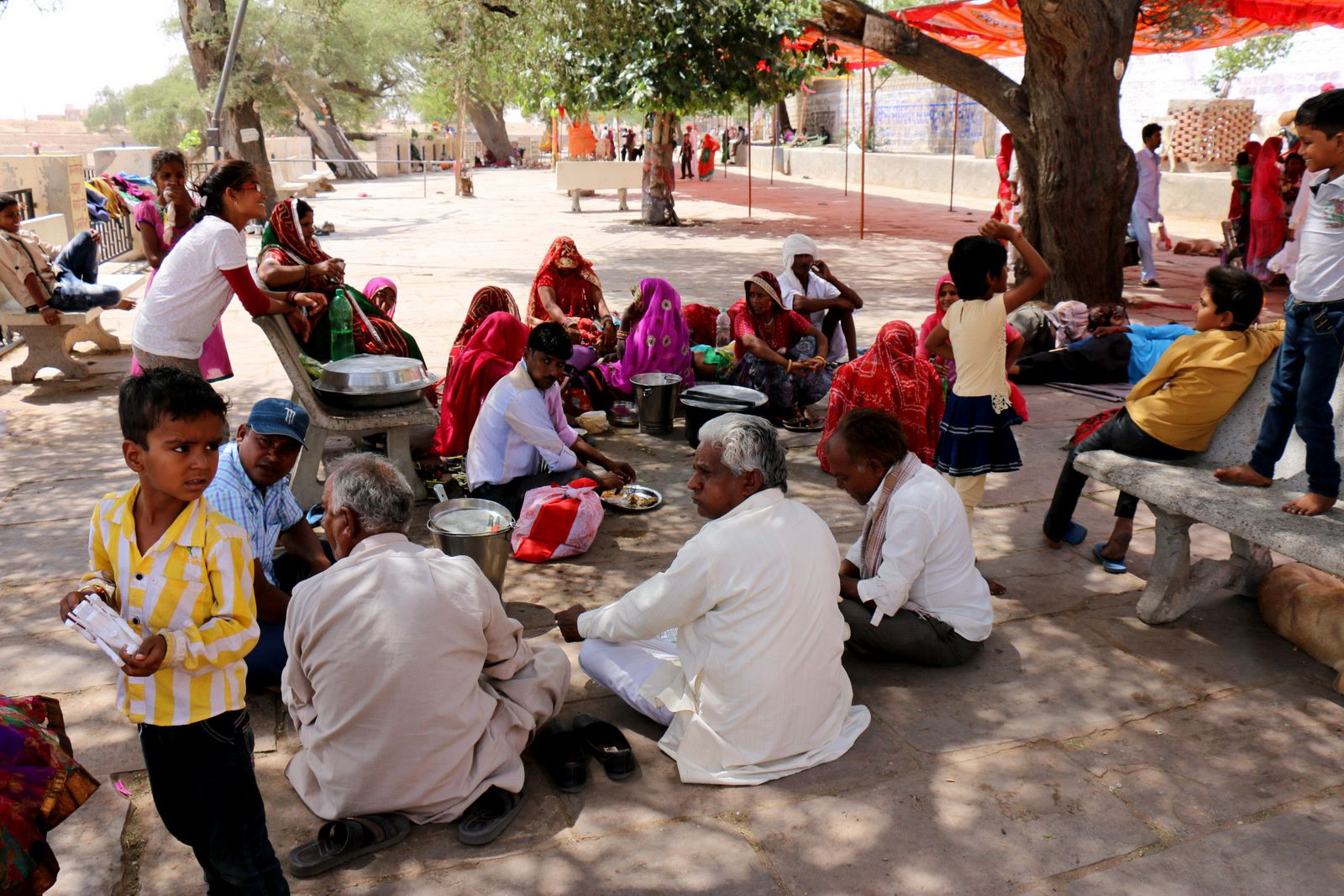 Lieu de culte sur la route entre Bikaner et Jaisalmer, Rajasthan (Inde)