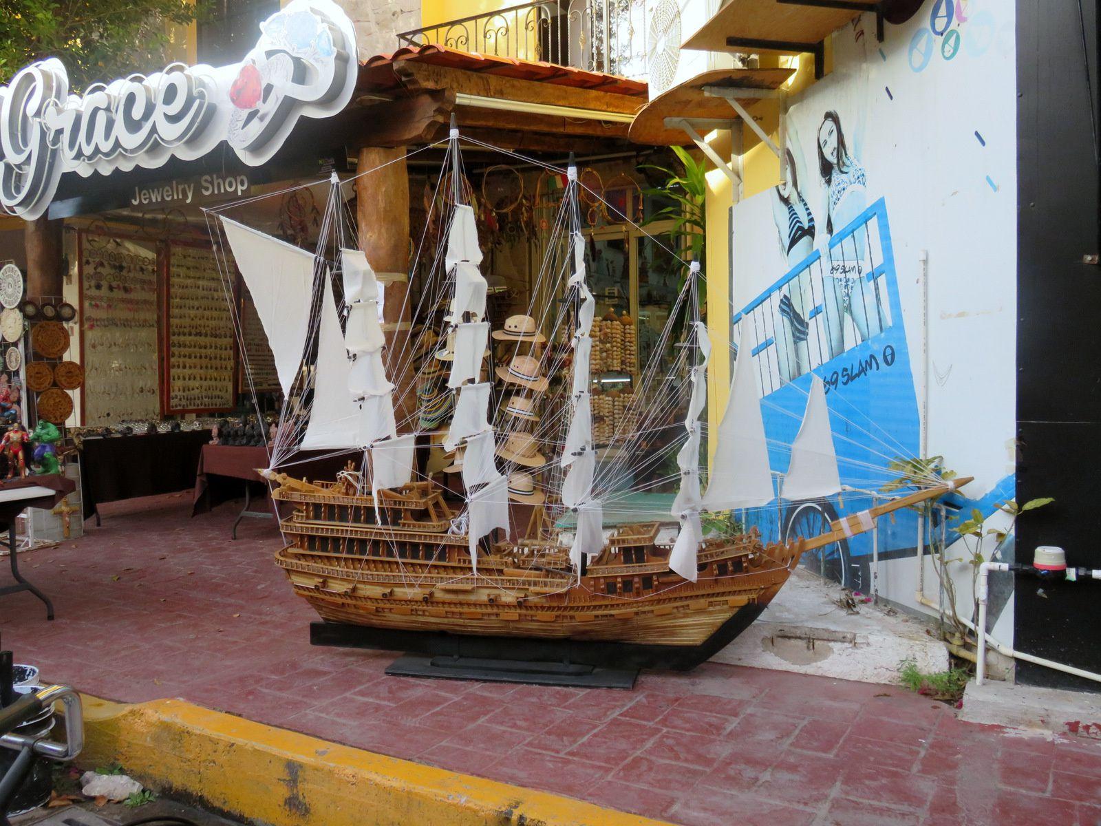 Enseignes sur la 5e avenue de Playa del Carmen (Mexique)