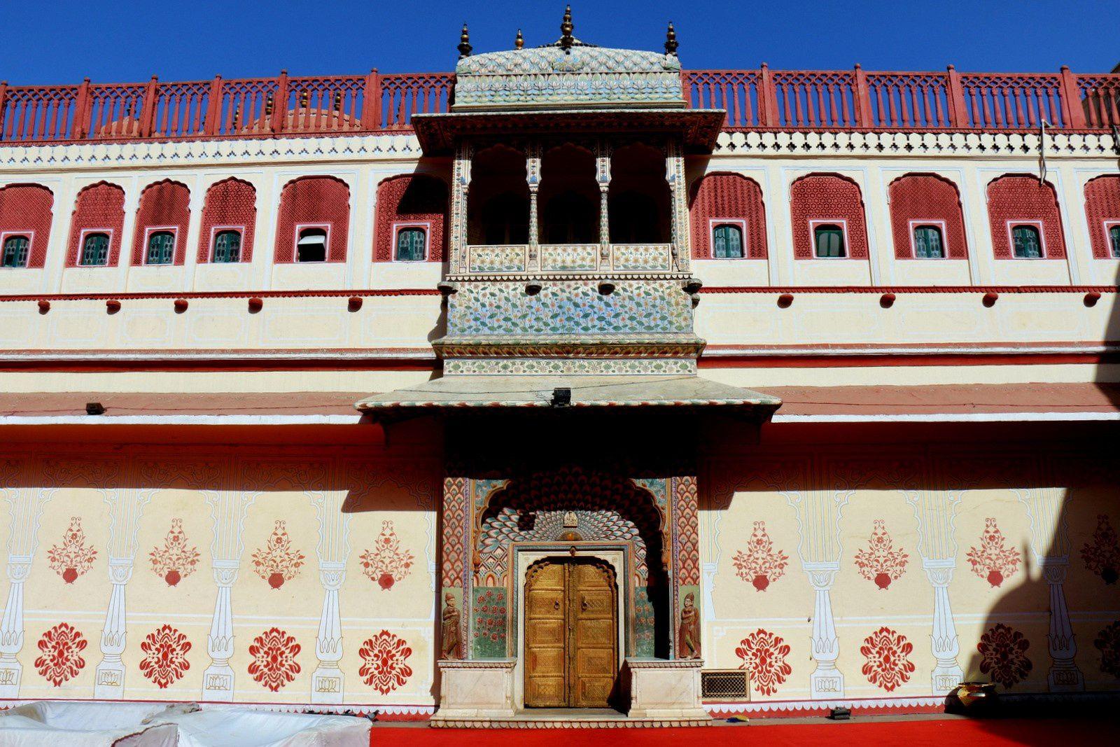 City Palace de Jaipur, Portes dans la cour du Chandra Mahal