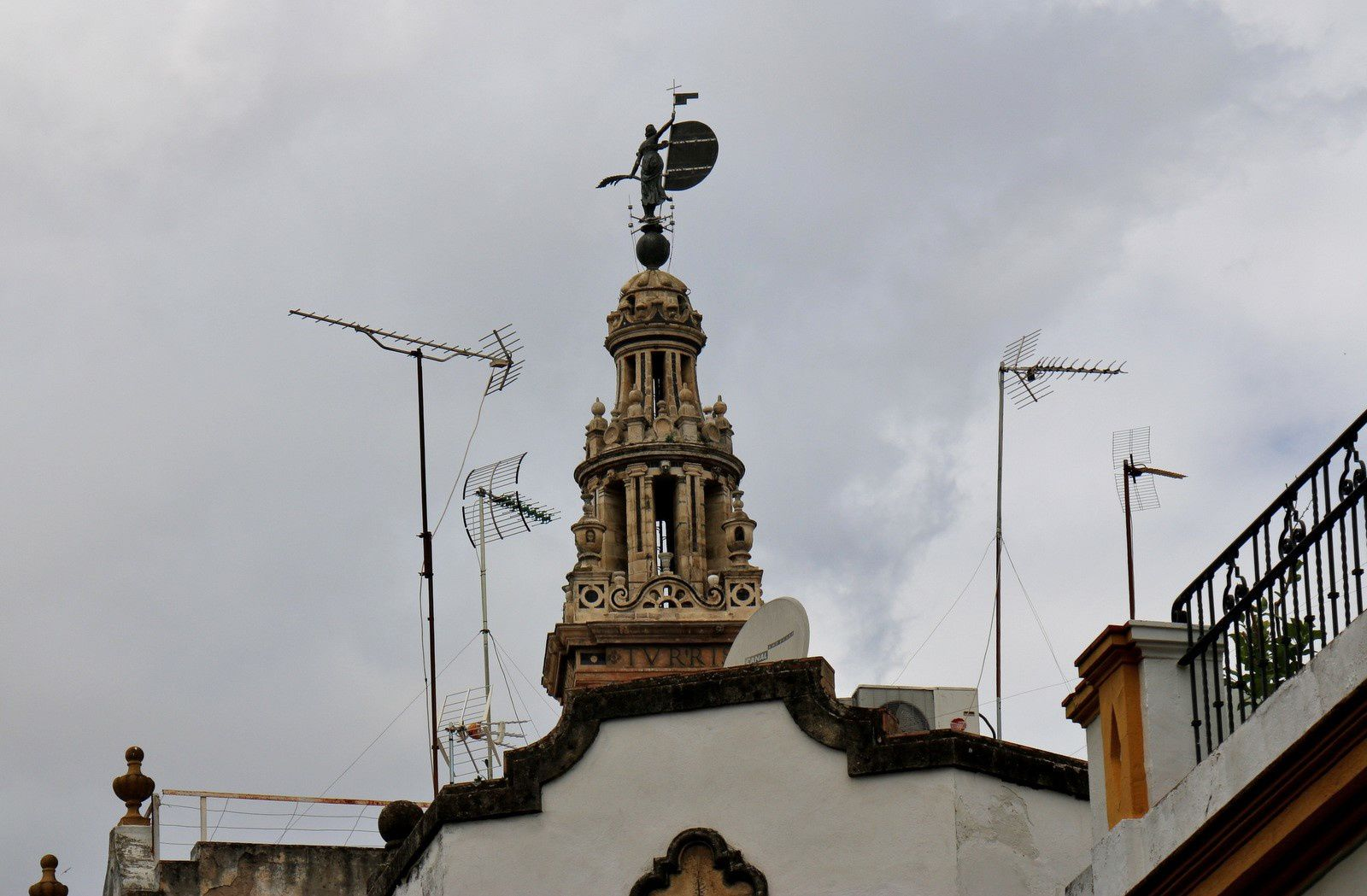 Statue de la Foi victorieuse, haute de sept mètres (quatre sans son piédestal).