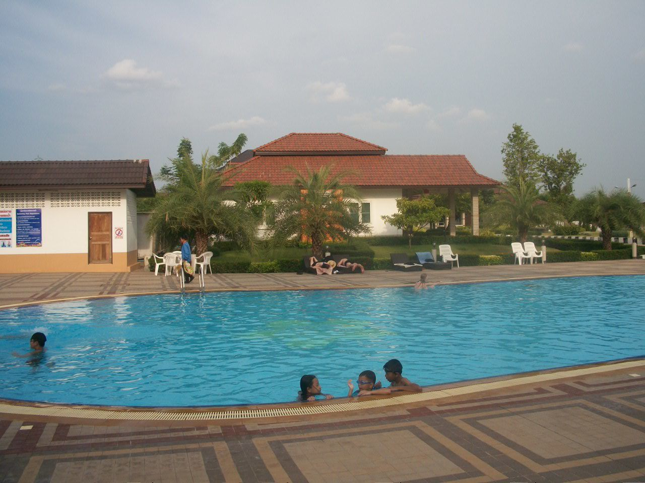 Tha lande piscine siamgrand hotel udon thani le for Piscine a debordement thailande