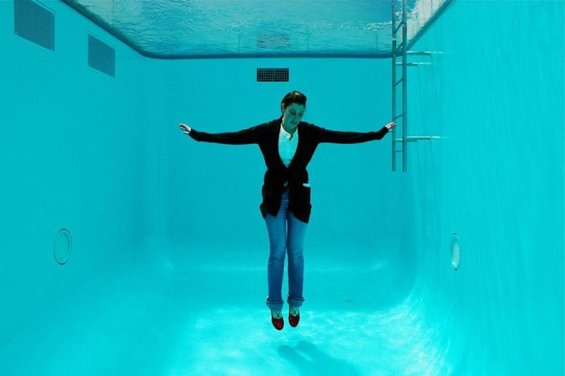 Dans la fausse piscine vide