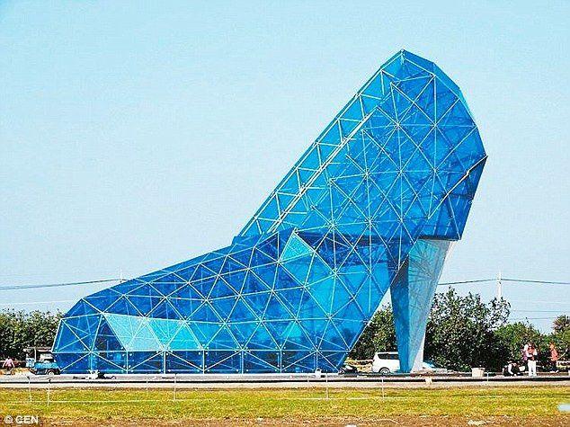 Une église en forme de chaussure à talon