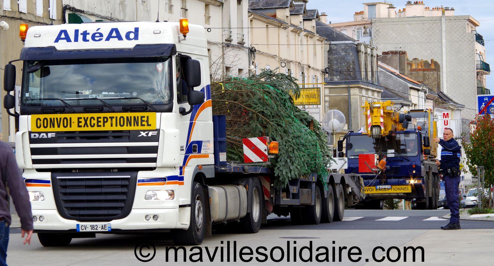 La Roche-sur-Yon. Un sapin de Noël pour la place Napoléon.