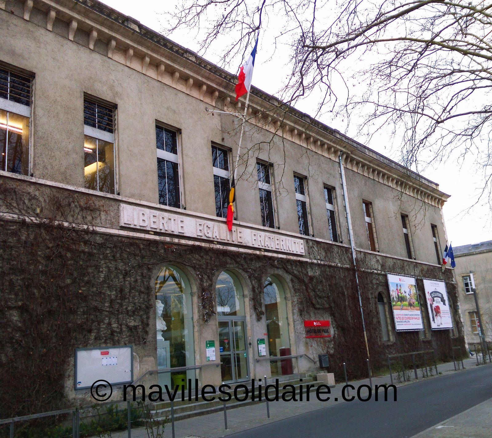 La Roche-sur-Yon. Drapeaux en berne à l'Hôtel de Ville.