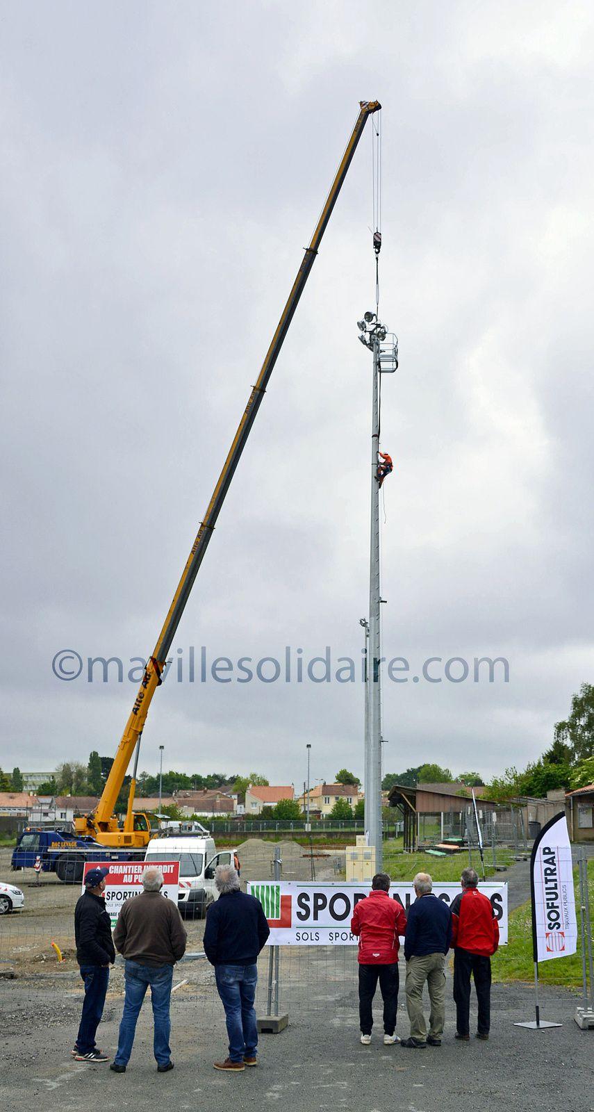 La Roche-sur-Yon. Quatre nouveaux mats d'éclairage pour le terrain de foot de Saint-André d'Ornay. .