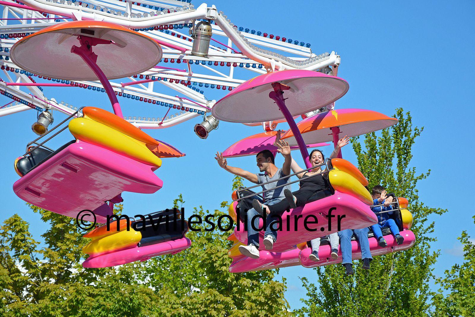 Ciel bleu tête en l'air, c'est  la Fête Foraine à La Roche-sur-Yon.