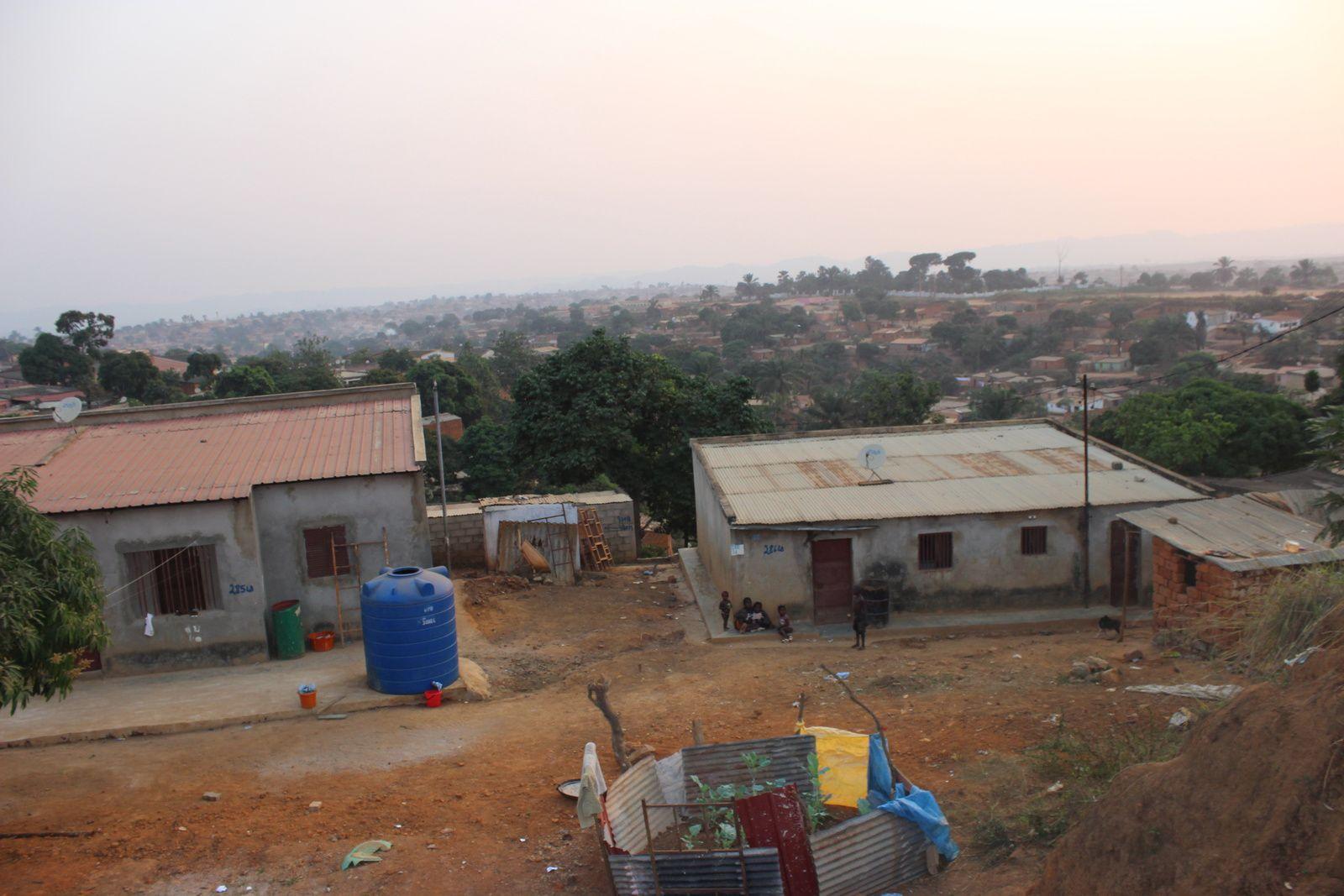 Aspecto de um bairro periférico da cidade do Uíge. Imagem do Muana Damba