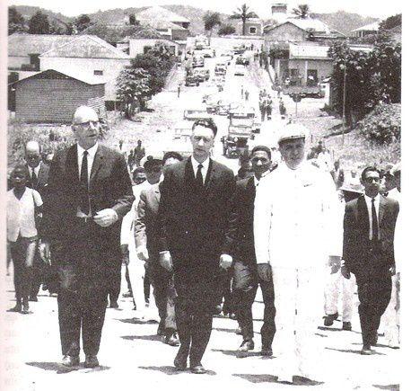 Dr. Alfredo Manuel de Martins Morais, à esqueda, em 1961, visitando Quitexe, na qualidade Secret'ario Geral do Governo Provincial de Angola, depois da insurreição do povo angolano