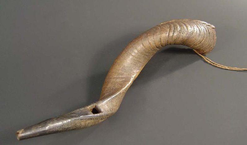 Mpungi confeccionado apartir de chifre de um búfalo. Imagem de Africamuseum.be