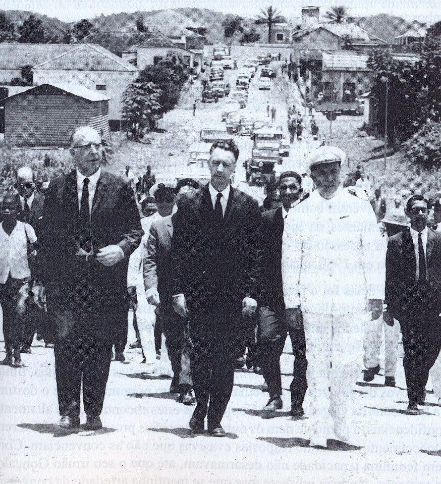 1965 Visita a uma regedoria no Uíge, com o governador geral Silvino Silvério Marques e o governador do distrito Camilo Rebocho Vaz, curiosamente os dois governadores gerais com quem colaborou.