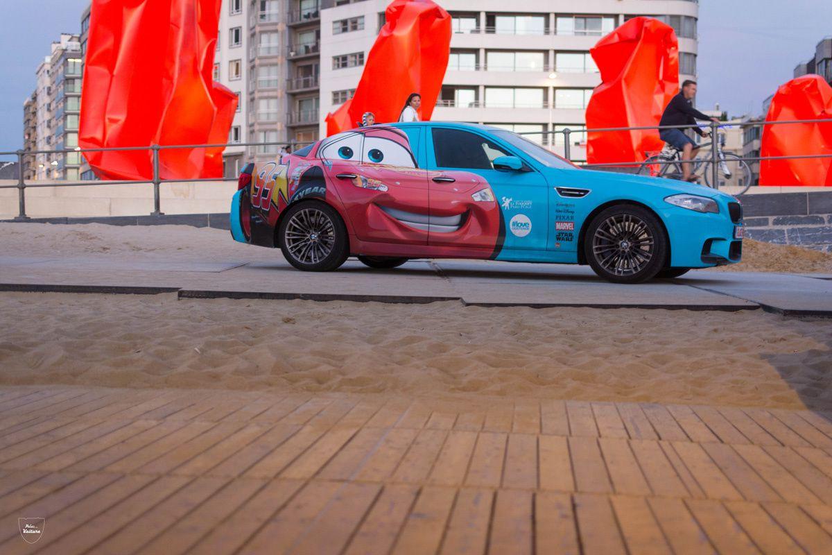 Le sourire de Flash McQueen est contagieux ! Comment résister au charme de cette auto ?