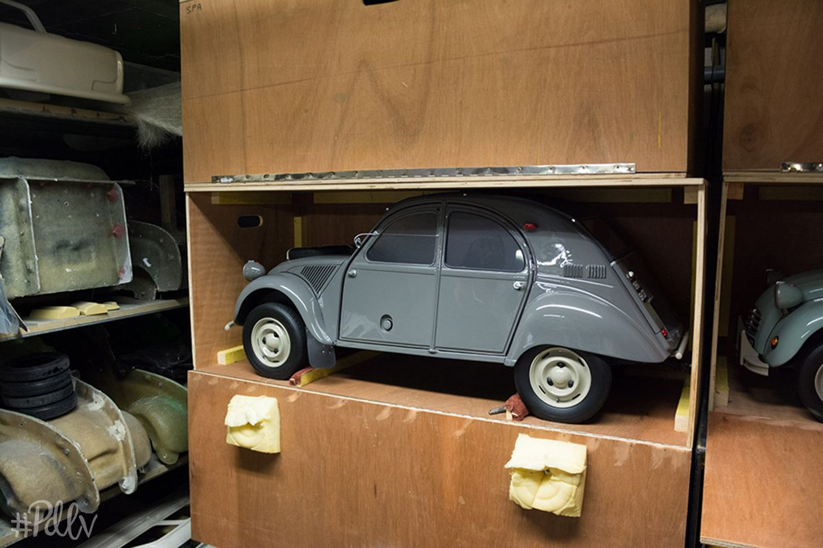 Une 2CV Sahara, réalisé grâce à de véritables pièces d'une originale, envoyée en kit chez Christophe !